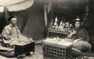 Монах и чиновник из Лхасы. 1903 год.